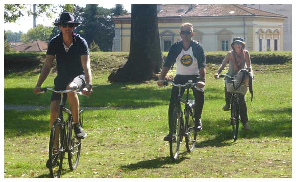 Group tour bike ride in Italy